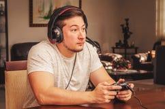 打电子游戏的被集中的人 使上瘾对比赛 图库摄影