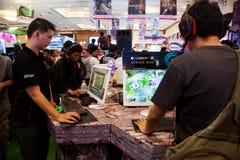 打电子游戏的访客在Indo电视知识竞赛2013年 免版税库存照片