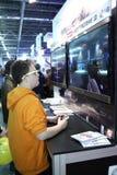 打电子游戏的青年人 库存图片