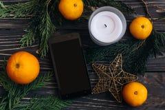 打电话与在绿色branche圣诞节背景的空的屏幕  免版税库存图片