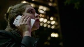 打电话的女商人在街道 影视素材