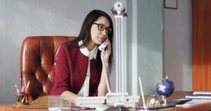 打电话的富有的女商人 股票视频