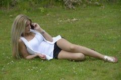 打电话的美丽的女孩 免版税图库摄影