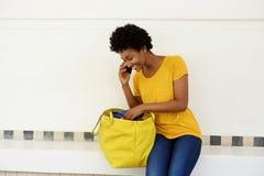 打电话的年轻非洲妇女 图库摄影
