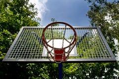 打的篮球篮子 免版税库存照片