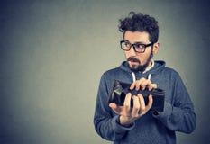 打破了有空的钱包的人 免版税图库摄影