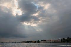 打破云彩的太阳光芒 免版税库存照片
