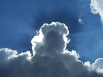 打破云彩的太阳光芒 免版税库存图片