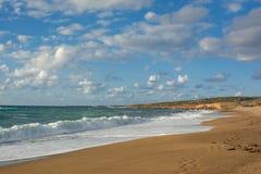 打破在含沙长的海滨的波浪的看法 Akamas Peni 免版税库存图片