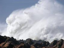 打破在岩石岸的大妖怪波浪 免版税图库摄影