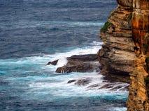打破在岩石的太平洋波浪在峭壁基地  免版税库存图片