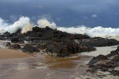 打破在岩石的巨大的海浪在岸附近 免版税库存图片