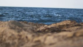 打破在岩石的泡沫似的波浪 波浪击中了岩石岸关闭  股票录像