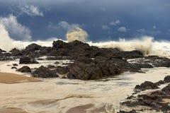 打破在岩石的风大浪急的海面在岸附近 图库摄影