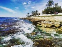 打破在岩石西班牙海岸线的波浪 免版税库存图片