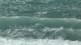 打破在岸的美丽的邀请的波浪 股票录像