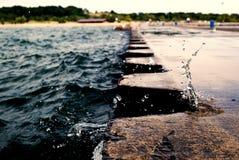 打破在有蓝色metall系船柱的跳船的波浪在密执安 库存照片
