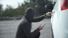 打破在汽车的窃贼使用手机