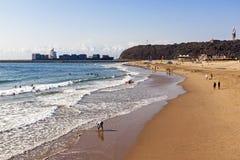 打破在海岸线和船输入的港口的海浪 免版税库存照片