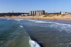 打破在海岸线的海洋和波浪在德班 库存照片