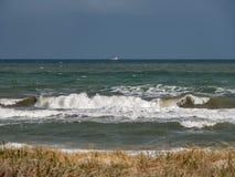 打破在海滩的波浪 库存图片
