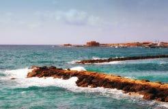 打破在港口墙壁上的港口在puerto de la cruz西班牙与明亮的蓝色海和波浪的夏天视图 库存图片