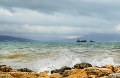 打破在黑海海岸的岩石的波浪,在俄罗斯南部 库存图片