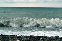 打破强有力的波浪在上升的风暴 免版税库存照片