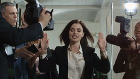 打破新闻工作者的妇女在会议以后