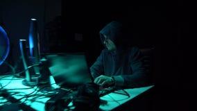 打破服务器的黑客使用多台计算机和被传染的病毒ransomware 网络犯罪,信息技术 影视素材