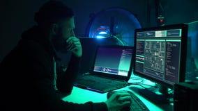 打破服务器的黑客使用多台计算机和被传染的病毒ransomware 网络犯罪,信息技术 股票视频