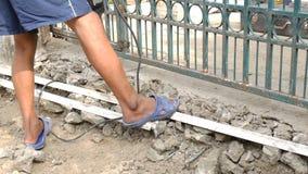 打破水泥地板的工作者通过使用爆破锤子 股票录像