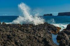 打破波浪在哈纳毛伊夏威夷 免版税图库摄影