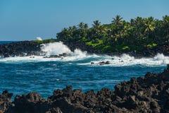 打破波浪在哈纳毛伊夏威夷 免版税库存照片