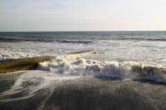 打破海的波浪岸上和与海f的一个防堤的之字形 免版税库存照片