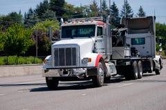 打破的大半船具卡车拖曳别的半卡车 免版税库存照片