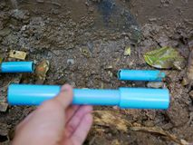 打破的/漏的/破裂的PVC水管地下将通过替换切除零件固定 免版税图库摄影