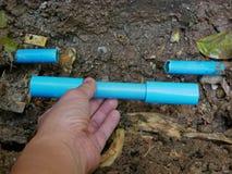 打破的/漏的/破裂的PVC水管地下将通过替换切除零件固定 免版税库存图片