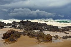 打破耳朵岩石海岸线的巨大的波浪 库存照片