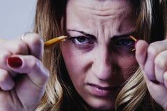 打破铅笔a的愤怒,被注重的和被挫败的女商人 免版税库存照片