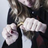 打破铅笔a的愤怒,被注重的和被挫败的女商人 免版税库存图片