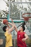 打篮子球的两个人 免版税库存图片