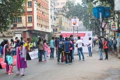 打篮子球的孩子在公园街道,加尔各答 库存照片