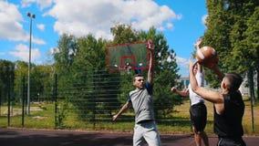 打篮球户外与朋友,滴下和错过篮子的年轻运动员 股票视频