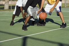 打篮球的人的低部分 免版税库存图片