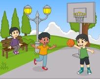 打篮球的孩子在公园,当另一部观看的动画片时 免版税库存图片