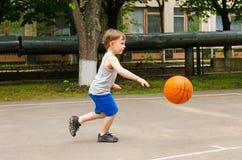 打篮球的小男孩 库存照片