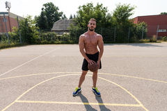打篮球的爱好健美者室外 库存图片