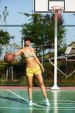 打篮球的美丽的少妇户外 库存图片