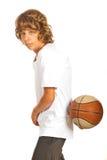 打篮球的青少年的男孩 库存图片